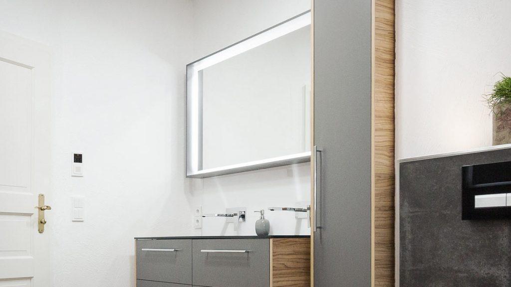 Teilsanierung: hinterleuchtete Spiegel einbauen.